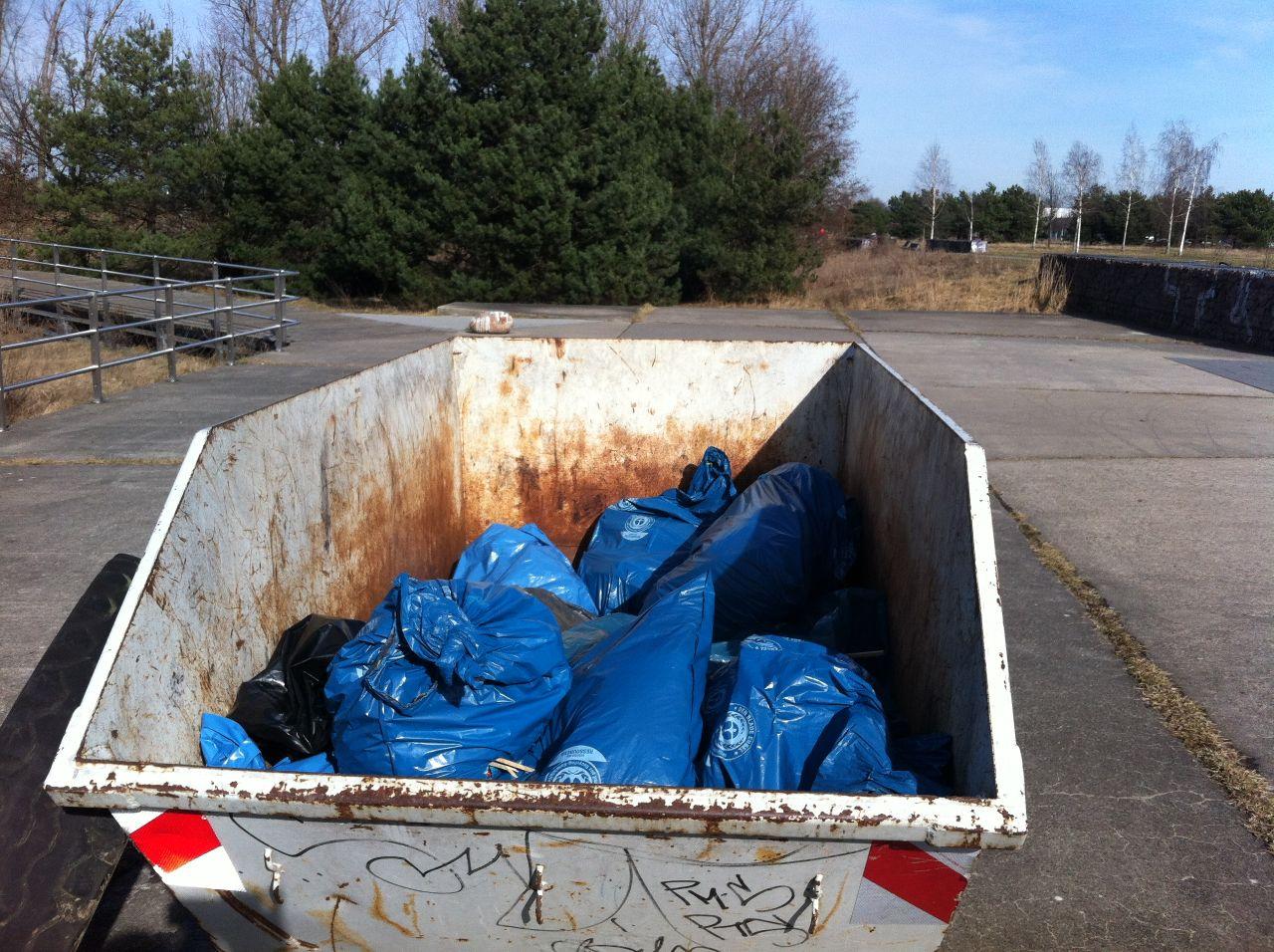 Der Müll liegt nach 3 Stunden Arbeit im Container.